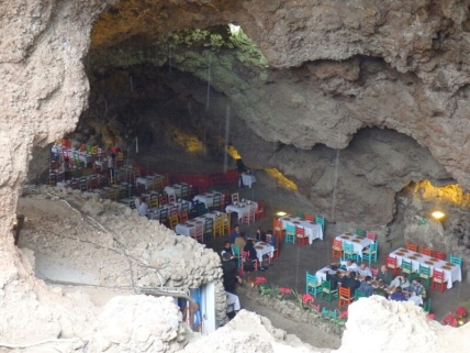 A restaurant in a cave next to Teōtīhuacān